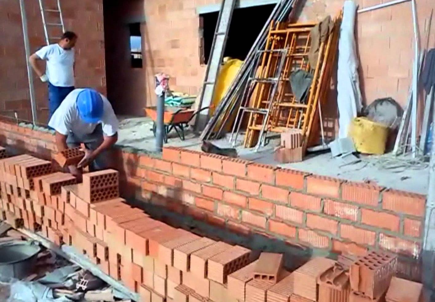 El maestro de obras xavier valderas construir un muro de ladrillos - Clases de ladrillos ...
