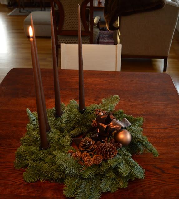 Mitt juleverksted: Lag en adventskrans av edelgran. Ferdig pyntet adventskrans. Furulunden