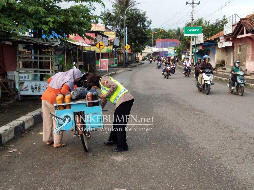Bantu Pasang Rantai Sepeda Tukang Jamu yang Lepas, Polwan Polsek Pejagoan Dipuji