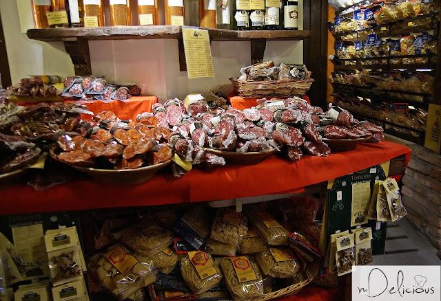 sklep w Bolonii, specjały bolonii, kuchnia bolońska, mortadella, kiełbasa bolońska