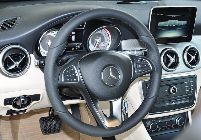 Tay lái Mercedes GLA 200 đa chức năng 3 chấu bọc da cao cấp
