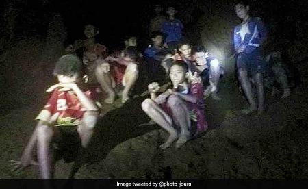 थाईलैंड की गुफा से निकाले FOOTBALL TEAM के बच्चे