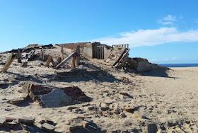 Eine Welt aus Sand: Der Leuchtturm von Rubjerg Knude. Einige Gebäudeteile stürzen bald die Steilküste hinab.