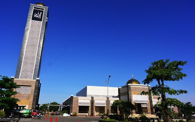 Masjid Namira kala siang hari