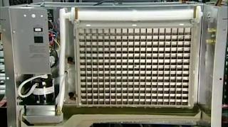 установленная решетка льдогенератора, в которой будет намораживаться лед