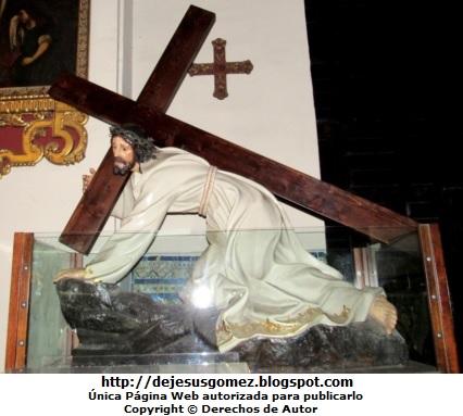 Foto de Jesús cargando una pesada cruz. Foto de Jesucristo tomada por Jesus Gómez