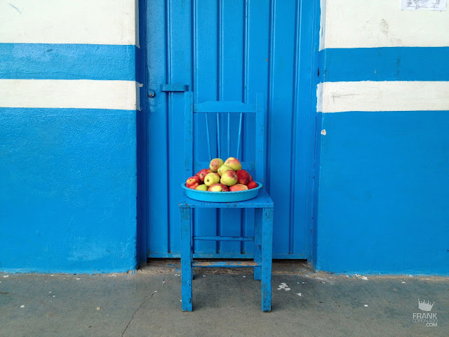puerta y silla azul con manzanas en Cuajimiloyas Oaxaca
