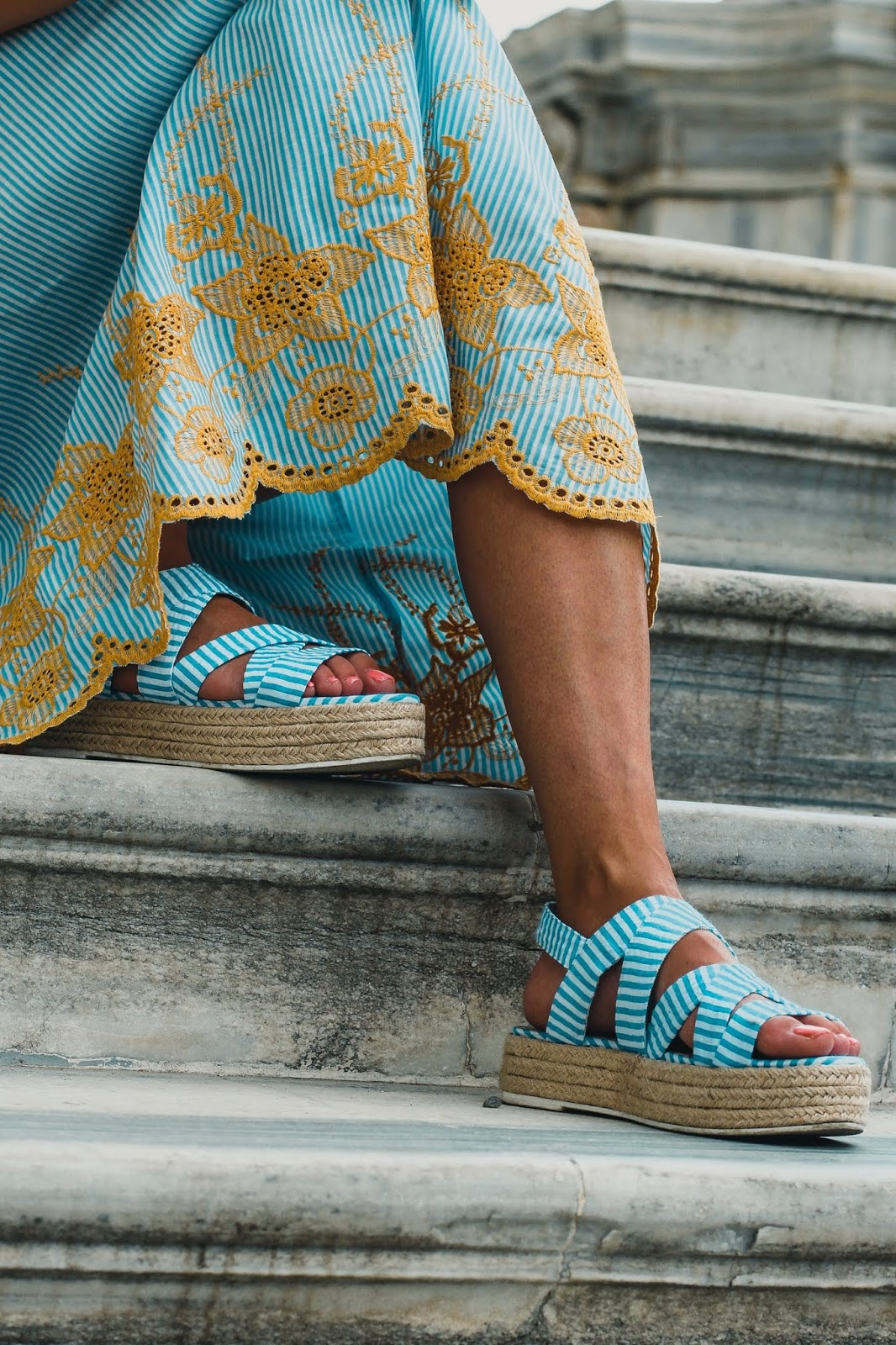 sandalias plataforma azules y blancas
