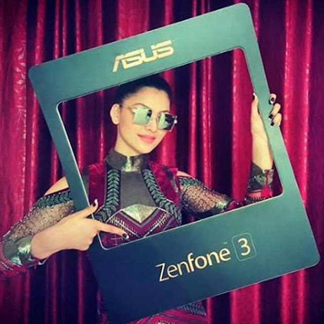 Urvashi Rautela promotes Asus Zenfone 3 series smartphones - Bollywood actress Urvashi Rautela snapped during promotion of Asus Zenfone 3 series smartphones