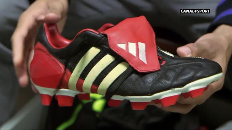 c1b816f373b4 Assou-Ekotto präsentiert seine echten Adidas Predator Mania WM 2002  Fußballschuhe.