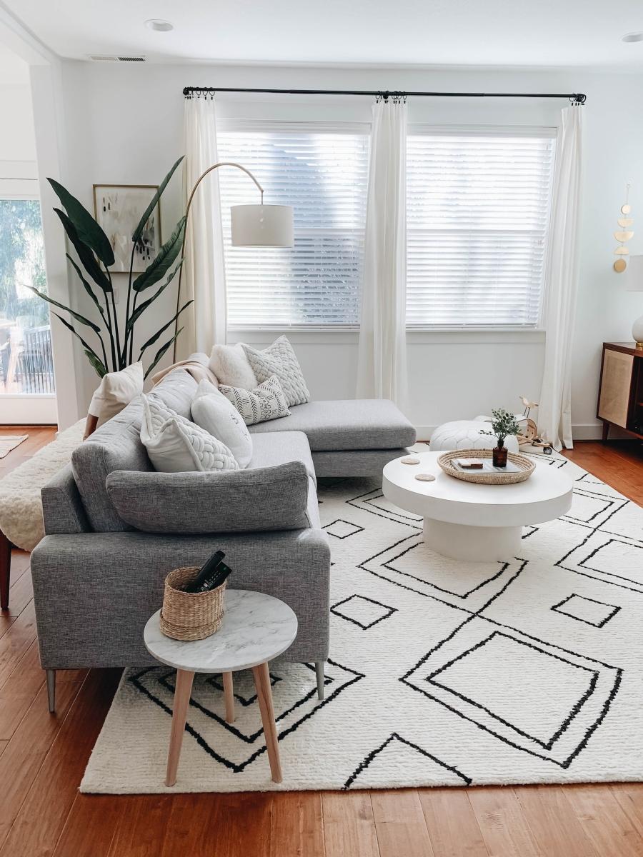 Proste i przytulne wnętrze w bieli, wystrój wnętrz, wnętrza, urządzanie domu, dekoracje wnętrz, aranżacja wnętrz, inspiracje wnętrz,interior design , dom i wnętrze, aranżacja mieszkania, modne wnętrza, białe wnętrza, wnętrza w bieli, styl skandynawski, minimalizm, naturalne dodatki, jasne wnętrza, salon, szary narożnik, dywan