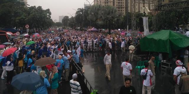 Guyuran Hujan Tak Surutkan Ribuan Massa Ikuti Senam dan Deklarasi Dukung Prabowo-Sandi