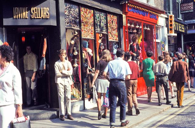 Terlihat seorang pria mengenakan jeans pada tahun 1960