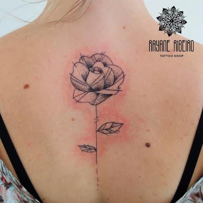 Tatuagem traço fino flor rosa