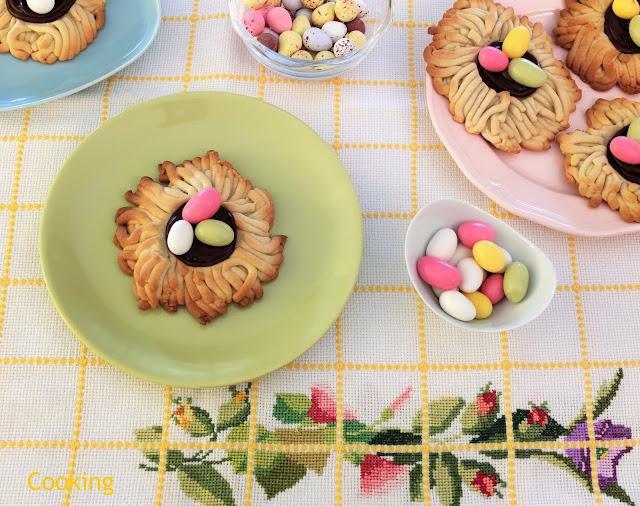 Bolachas ninho de Páscoa: um ninho de bolacha de açúcar amarelo, coberto com ganache de chocolate e amêndoas de açúcar