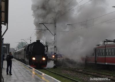 Parowóz Ty42-107 z pociągiem retro