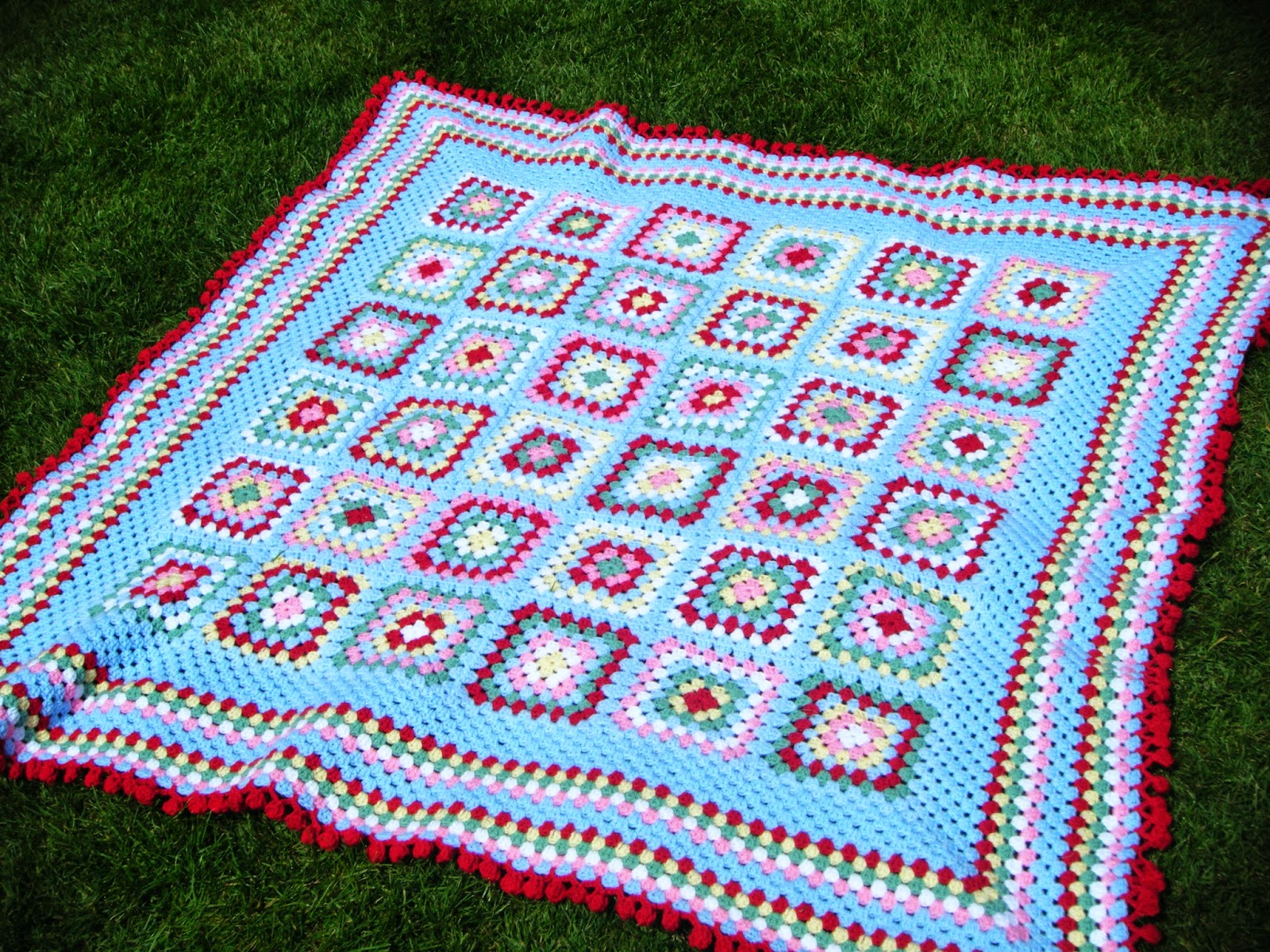 I Ve Seen Many Crochet Blankets This Style And Colour Way Around 7 Round Granny Squares With 4 In The Base Of Sky Blue