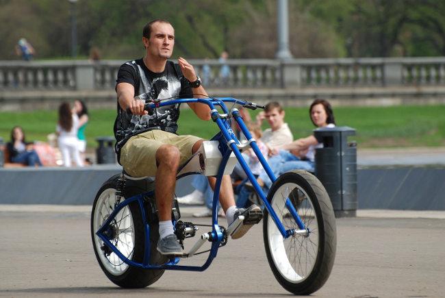 Мужчина на велосипеде чоппер