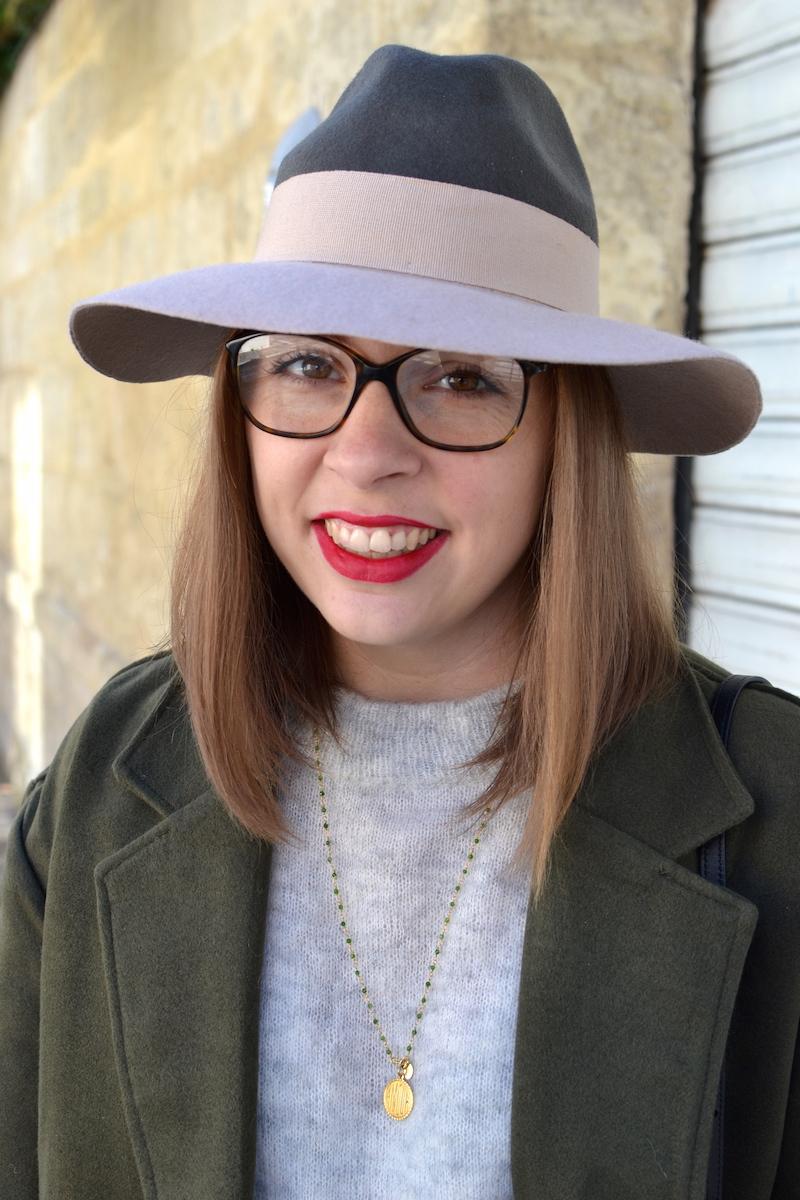 chapeau kaki est rose pale, manteau kaki Sheinside, pull gris H&M, collier une a une