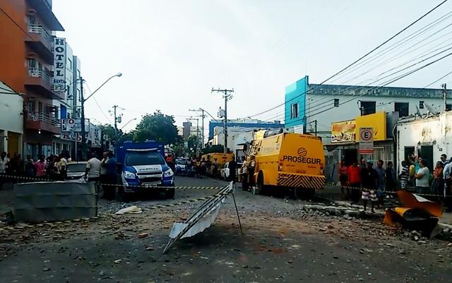 Destroços da explosão em frente à empresa de segurança, na Bahia (Foto: Taísa Moura/ TV Santa Cruz)