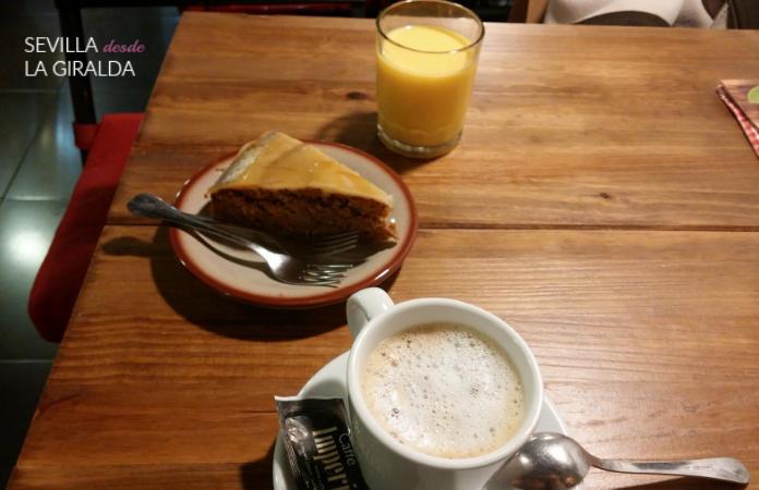 Descafeínado, batido de vainilla, y tarta de zanahoria vegana en la cafeteriaMamá Inés Sevilla