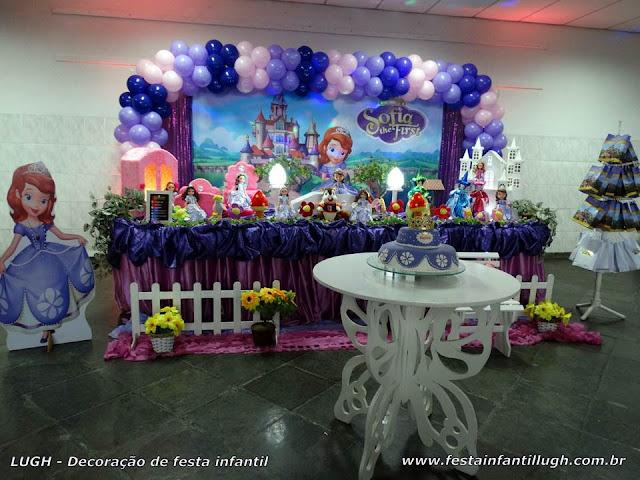Decoração Princesa Sofia em mesa tradicional luxo forrada com toalhas de tecido em cetim
