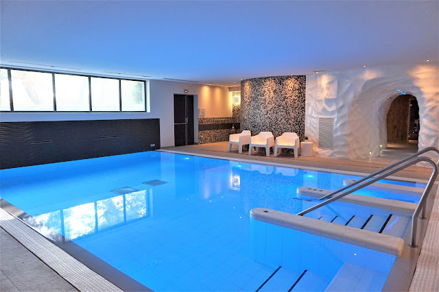 Le bassin central du Vital SPA est d'une dimension luxueuse.