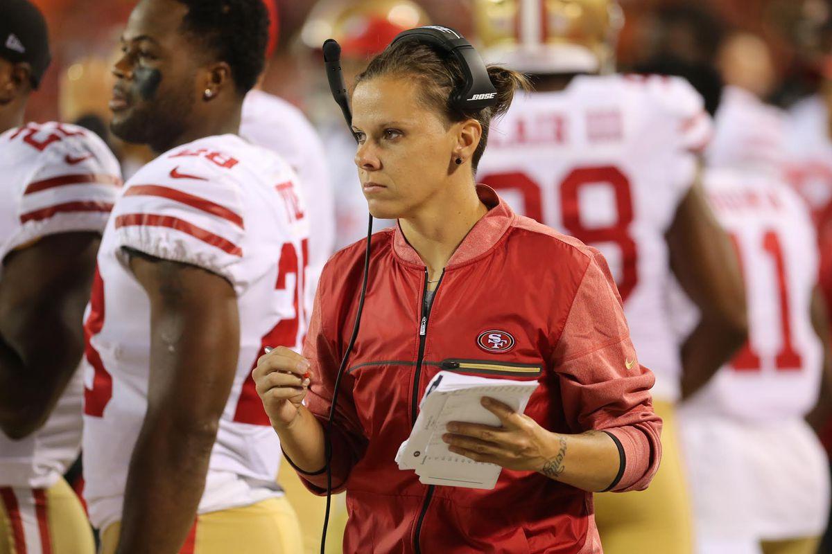 Assistente da NFL é primeira técnica lésbica do esporte profissional nos EUA