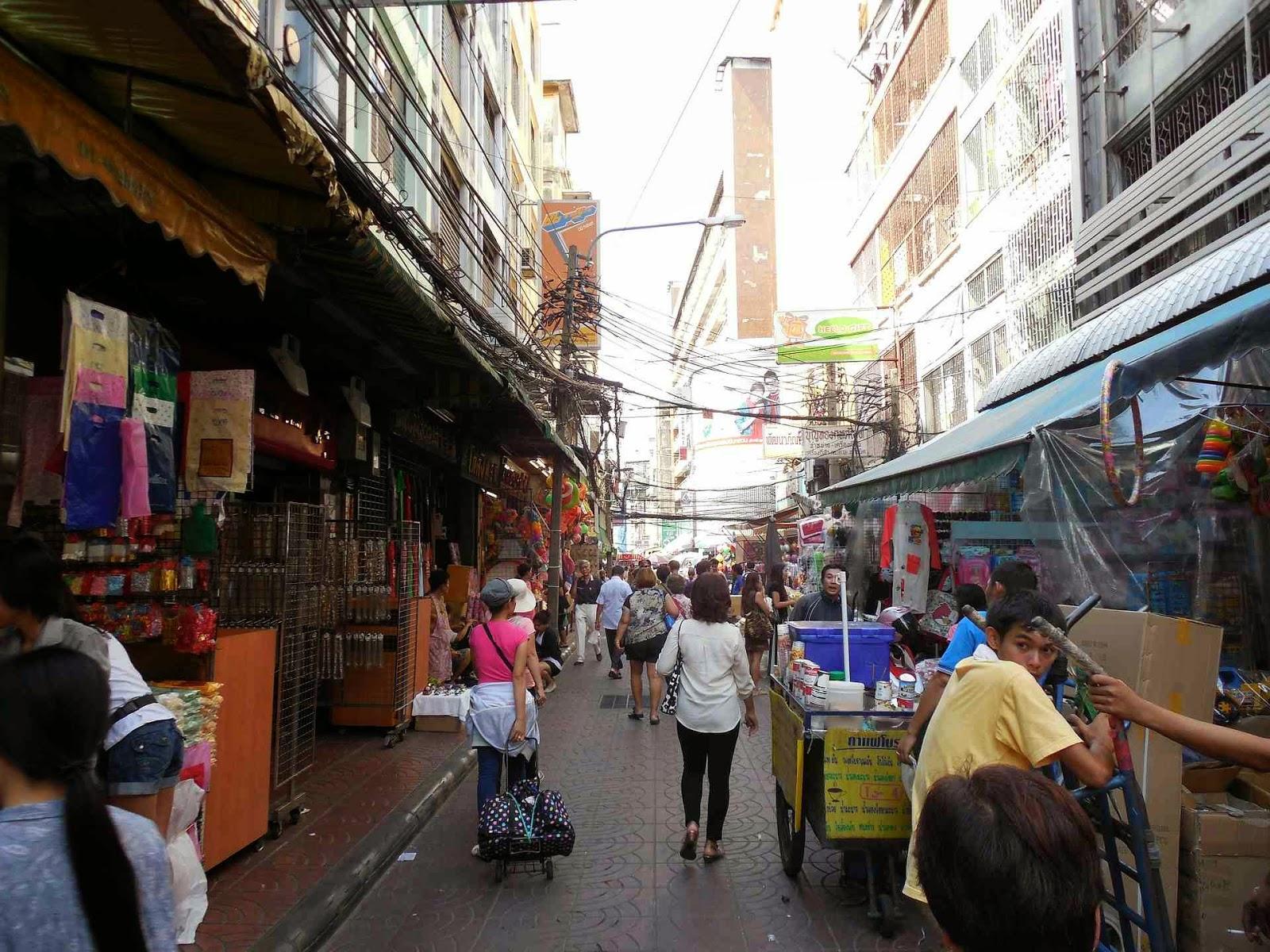 76bc609cb4360 Jeśli chcemy ubrać się w Bangkoku to łatwo zrobić zakupy na Siam Square.  Znajdziemy tam wiele sklepów z odzieżą. Orginalne T-shirty w cenie 350 Bath  ...