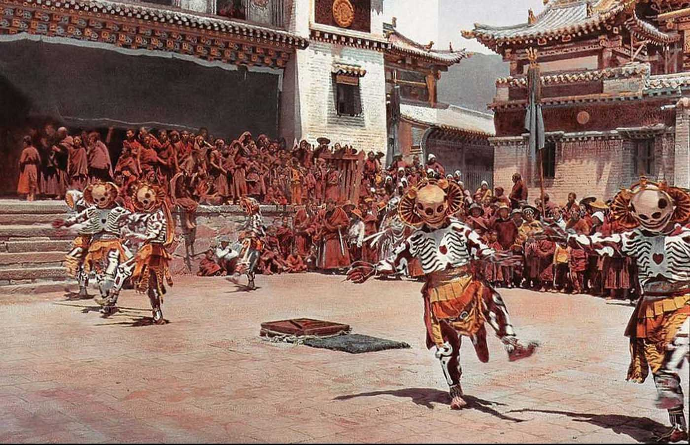 En 1925, Joseph Rock visitó el monasterio de Choni en la provincia de Gansu, donde se asentó durante dos años, mientras realizaba un intento fallido de llegar a las montañas de Amnyi Machen. Durante ese tiempo fue testigo de la