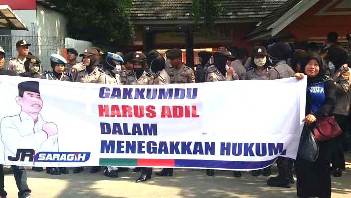 Massa JR Saragih membentangkan poster.