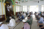 TNI dan Warga Aceh Ikuti Protokol Kesehatan Covid-19 saat Shalat Jum'at