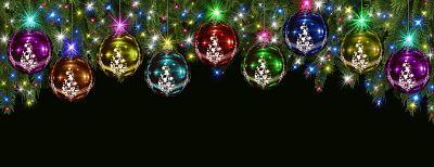 Adornos de navidad y año nuevo, pendiendo de las ramas de un pino.
