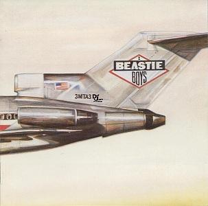 Imagen con la portada gráfica del LP Licensed to ill de Beasty Boys, 1986. La carátula muestra el dibujo del fuselaje posterior de un avión Boeing 727 con la bandera norteamericana y el logotipo textual de BEASTIE BOYS