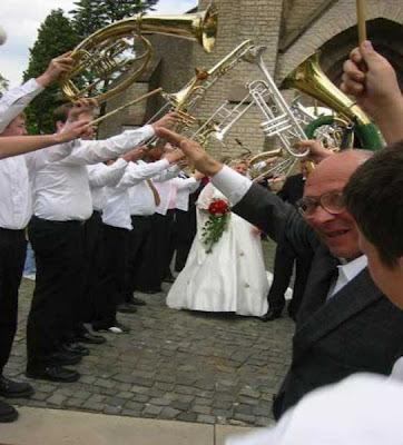 Männer auf Hochzeit Hitlergruß lustige Bilder Opa