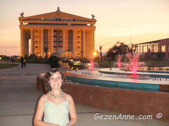 Artemis tapınağından esinlenerek inşa edilen Kaya Artemis otelin önünde, Kıbrıs