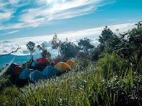 Menikmati Keindahan Alam di Wadas Gantung Camp Area, Pos 1 Jalur Pendakian Gunung Slamet Via Gunung Malang