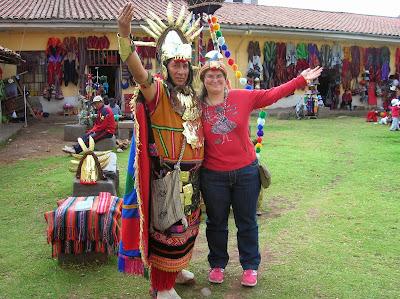 Foto con indio inca, Cusco, Perú, La vuelta al mundo de Asun y Ricardo, round the world, mundoporlibre.com