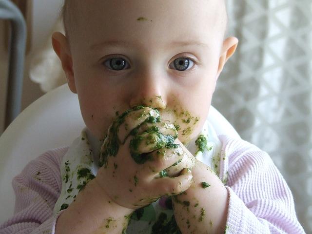 Baby matscht mit Spinat