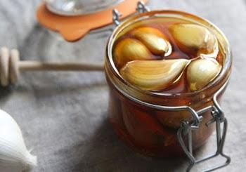 Δεν φαντάζεστε γιατί βάζει σκόρδο μέσα στο μέλι… Θα το κάνετε και εσείς!
