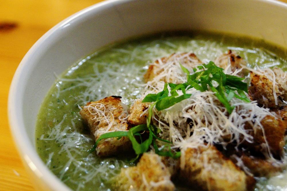Zucchini-Suppe mit Chili-Croutons