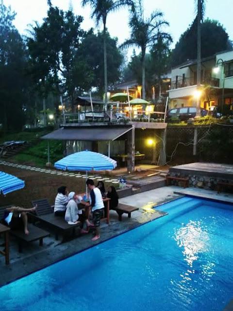 villa di puncak fasilitas kolam renang