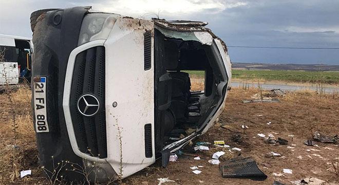 Diyarbakır Lice'de öğretmenleri taşıyan minibüs devrildi: 2'si ağır 10 yaralı