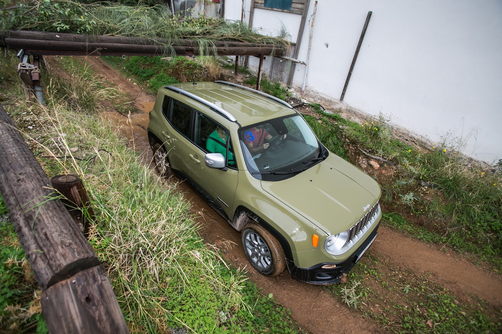 GK 0402 Πετάμε ένα Jeep Renegade σε λάσπες, πέτρες, άμμο, λίμνες. Θα τα καταφέρει;