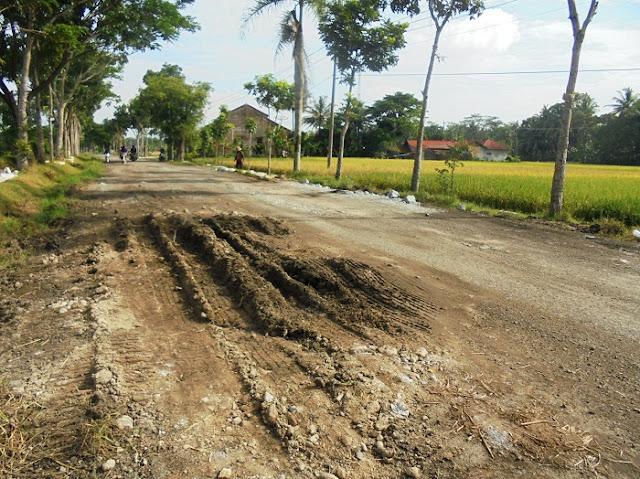 Rusak Parah, Jalan Podourip Ditimbun Batu dan Tanah