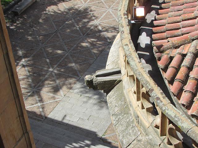 Gárgola y ábside de la Catedral Vieja