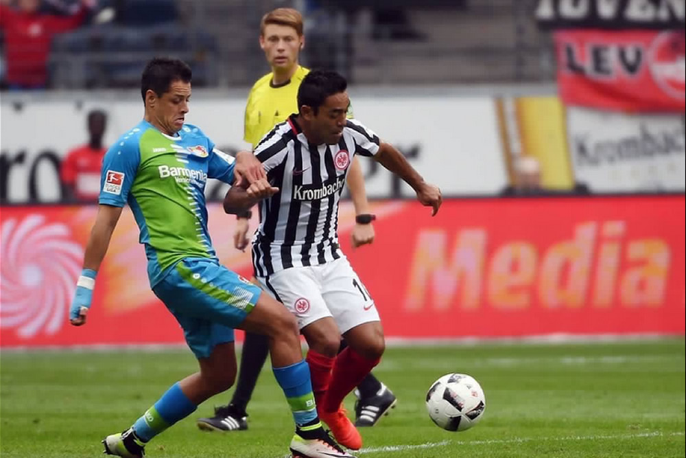 Javier Hernández y Marco Fabián se enfrentaron en la Bundesliga.