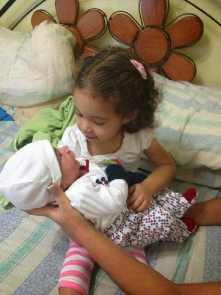 Hija cargando a hijo