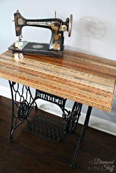 Manfaatkan penggaris kayu untuk melapisi meja supaya tidak monoton