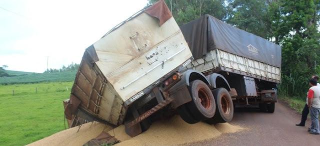 Luiziana: Carreta carregada de soja tomba na estrada